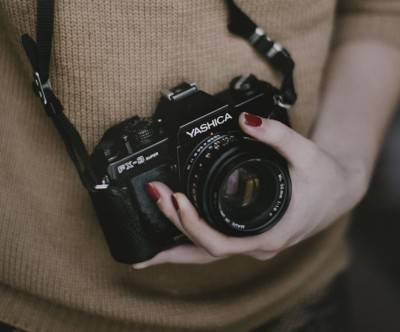 photo-camera-yashica-woman-hand
