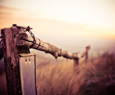 photo-natural-wooden-fence-moutain