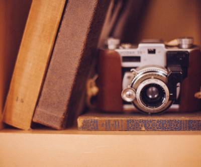 photo-camera-books-shelf-case