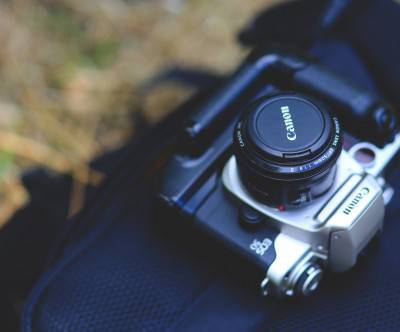 photo-camera-canon-bokeh-black