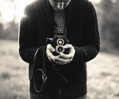 photo-camera-man-retro-twin-lens