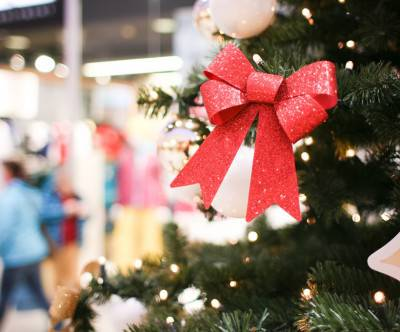 photo-christmas-shopping-mall-red-ribbon