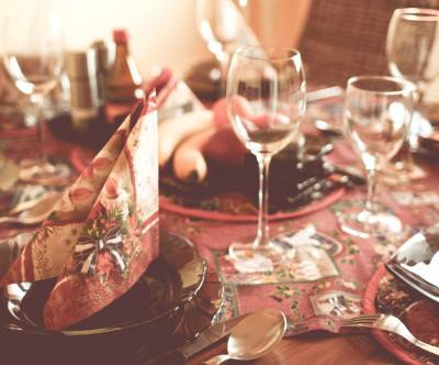 photo-christmas-table-setting-soft-beautiful