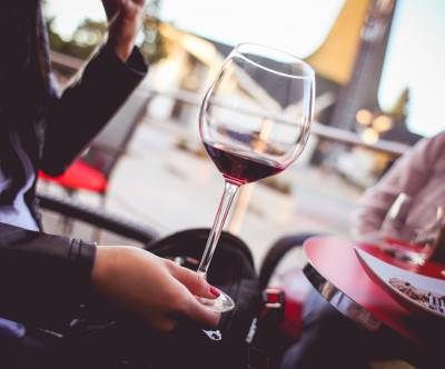 photo-girl-glass-red-wine