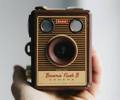 photo-kodak-retro-camera-hand