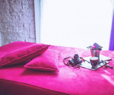 photo-pink-bed-pillows-camera