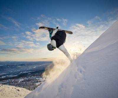 photo-snowboarding-down-the-hill