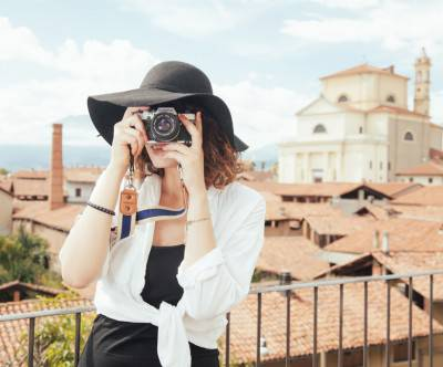 photo-tourist-woman-photographer