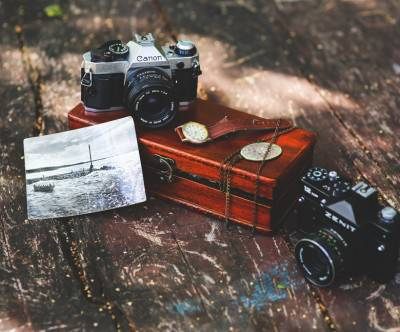photo-vintage-camera-watch-trunk