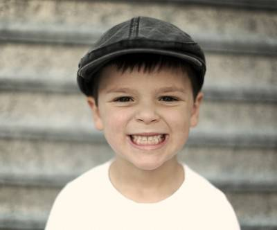 photo-boy-smile-face-flas-cap
