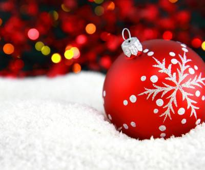 photo-christmas-ball-snow-bokeh