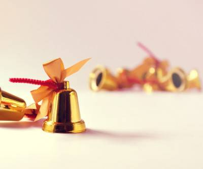 photo-christmas-bells-ribbon-gold