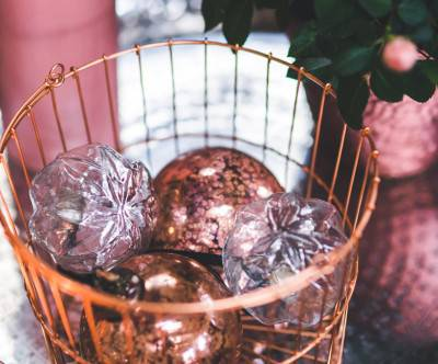 photo-christmas-glass-balls-copper-basket