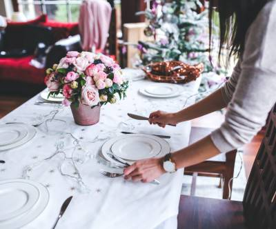 photo-christmas-table-woman-preparing