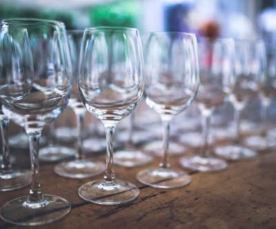 photo-empty-wine-glasses-bokeh