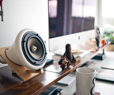 photo-imac-speaker-workplace-white