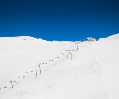 photo-ski-area-lift-blue-white