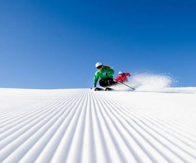 photo-skier-snow-blue-sky