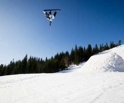 photo-snowboard-jump-trick-white-blue
