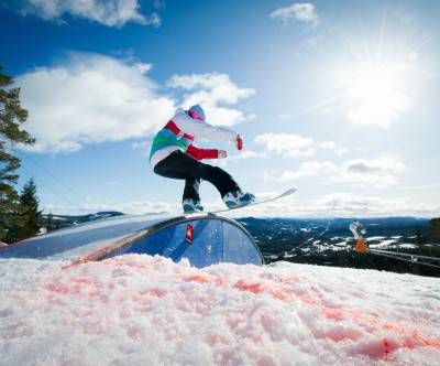 photo-snowboarder-jibbing-sunlight-sky