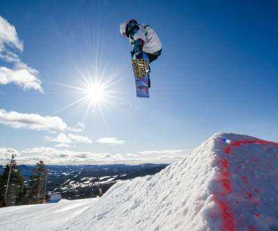 photo-snowboarder-sunlight-blue-sky