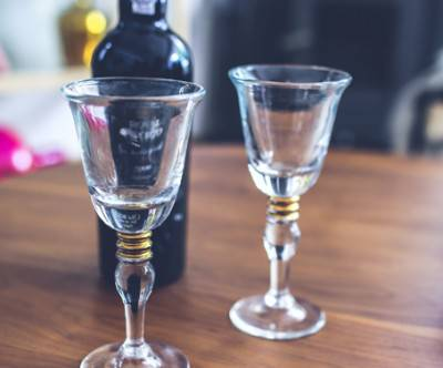 photo-two-wine-glasses-bottle
