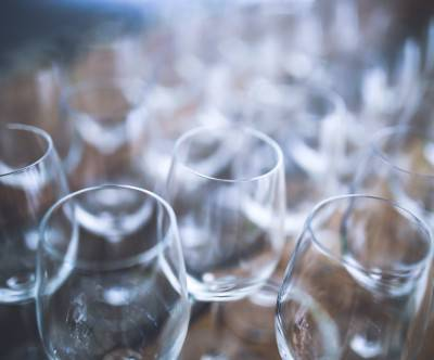 photo-wine-glasses-clear-bokeh