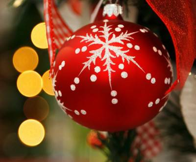 photo-xmas-ball-red-ribbon
