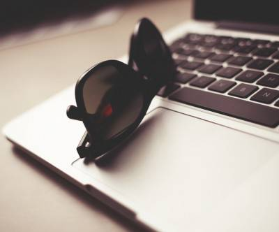 photo-macbook-sunglasses-closeup-cool