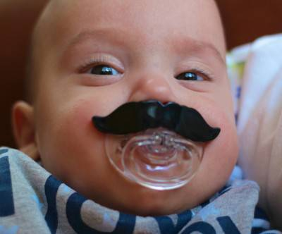 photo-mustache-baby-face-pacifier