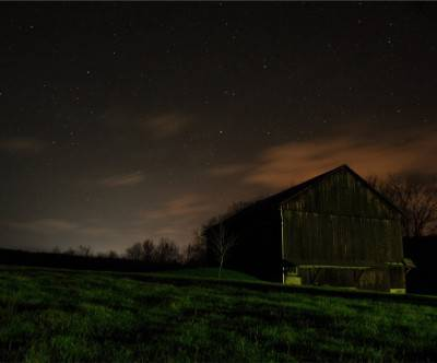 photo-night-grassland-cabin-star