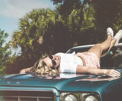 photo-blue-car-woman-sunglasses