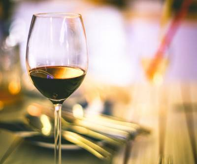 photo-red-winde-glass-table-bokeh