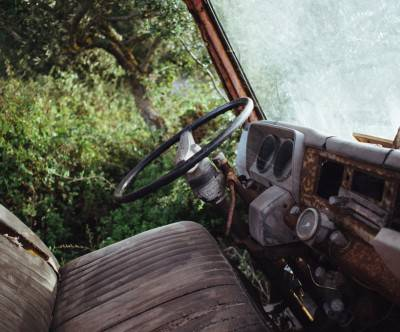 photo-old-scrap-car-forest