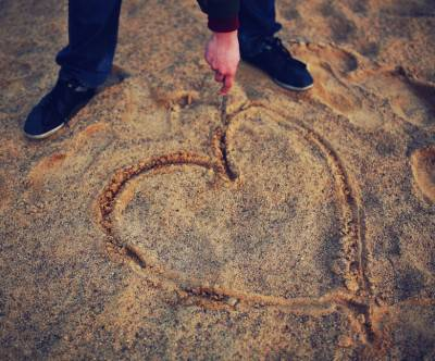 photo-hand-drawing-heart-sand